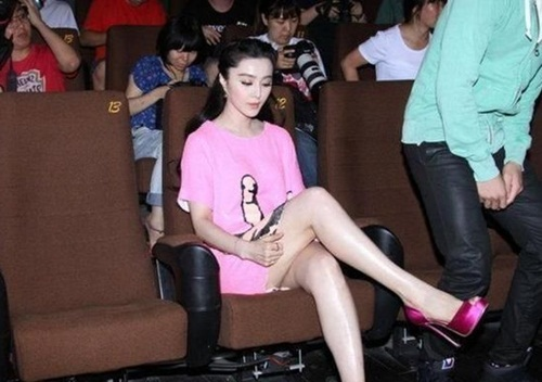 Phạm Băng Băng cố gắng kéo vạt áo xuống che đùi nhưng thất bại vì kiểu vắt chân không được ý tứ lắm của cô.