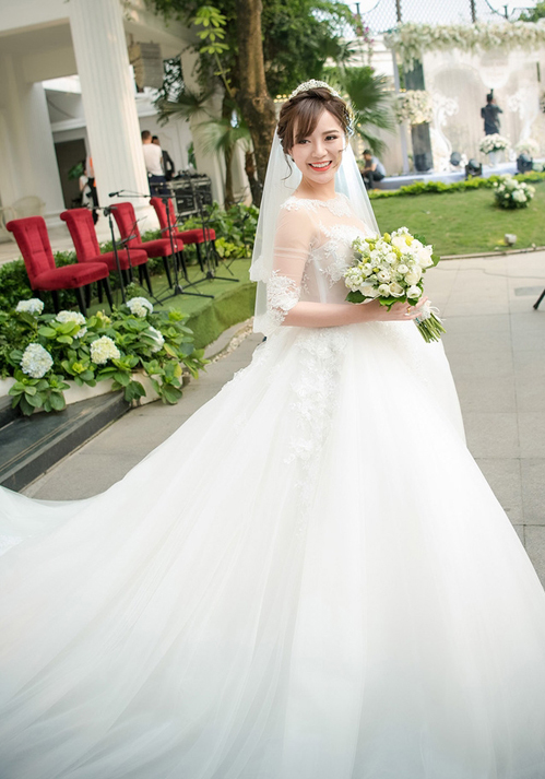 Hot girl Tú Linh từng có đám cưới gây xôn xao nhờ diện mạo xinh đẹp của cô trong hôn lễ. Chiếc váy của cô không những có phần chân xòe rộng mà đuôi cũng dài gần 10 mét, giúp cô dâu trông lộng lẫy nhất có thể.