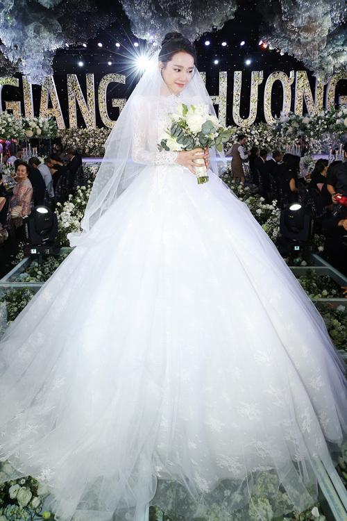 Trong hôn lễ diễn ra vào tối 25/9, Nhã Phương xinh đẹp như công chúa trong bộ váy cưới bồng xòe đặc biệt được NTK Chung Thanh Phong thực hiện. Trang phụcAnh đã dùng hơn 30 lớp vải, gần 300 mét vải lưới mới tạo được độ phồng sang trọng, thanh lịch cho tùng váy của Nhã Phương.