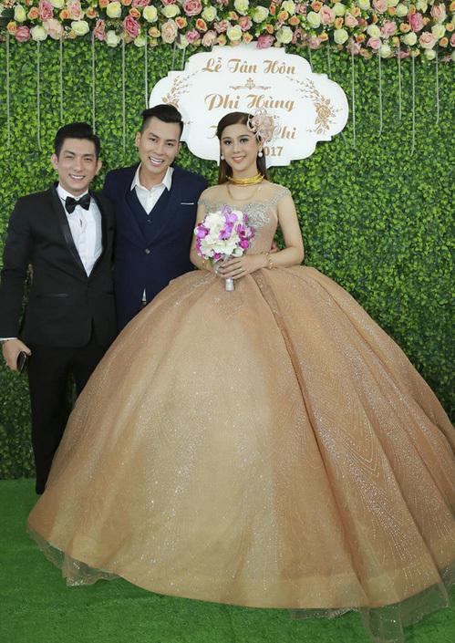 Chiếc váy người đẹp chuyển giới diện trong đám cưới ở quê nhà cũng có phần tùng bồng bềnh không kém, đòi hỏi phải xử lý cả tháng trời để tạo độ phồng.