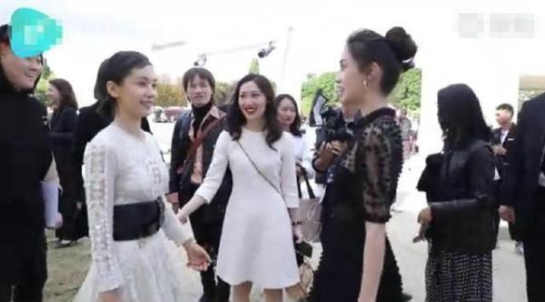 Hình ảnh được cho là Vương Tử Văn cười với Angelababy nhưng đối phương chỉ nhìn và nói chuyện với nam nhân viên phía sau.