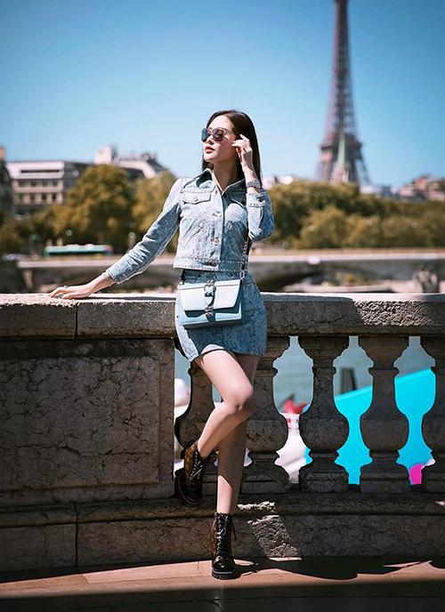 Lê Âu Ngân Anh diện cây hàng hiệu sang chảnh trên đường phố Paris.