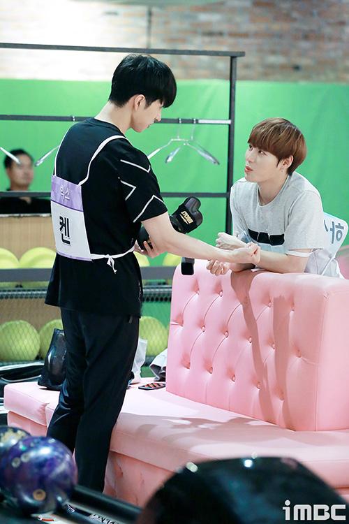 Ha Sung Woo (Wanna One) và Ken tranh thủ buôn chuyện trước giờ thi đấu.