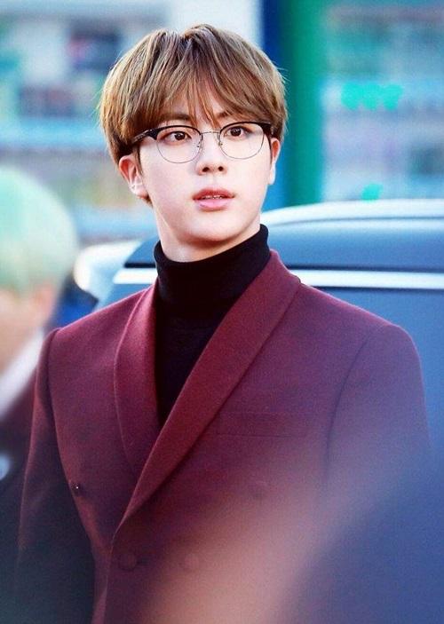 Jin luôn lọt vào top những visual hàng đầu của Kpop. Anh chàng không chỉ có ngoại hình mà còn giỏi nấu ăn, thành tích học tập xuất sắc, là hình mẫu trong mơ của nhiều cô gái.