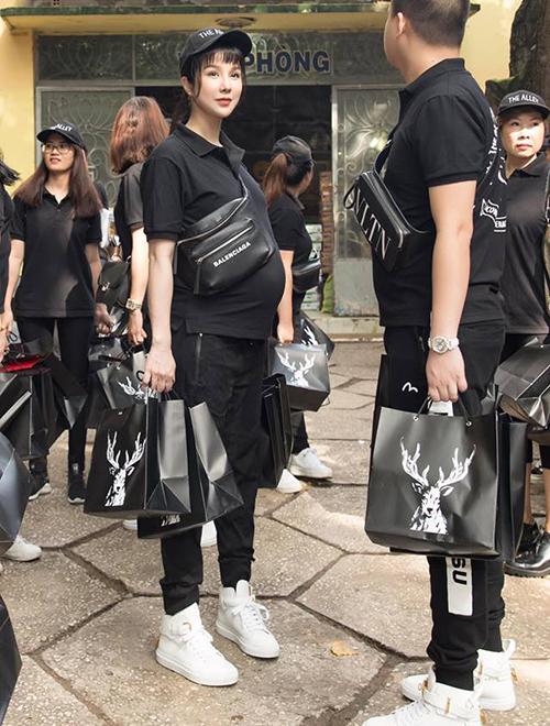 Đi từ thiện mùa Trung thu, Diệp Lâm Anh cùng cả team đồng phục cây đen, sneakers trắng đúng chuẩn fashionista. Dù mặc đồ đơn giản nhưng cô nàng vẫn toát lên nét sành điệu nhờ túi đeo chéo, giày thể thao đều là đồ đắt đỏ.
