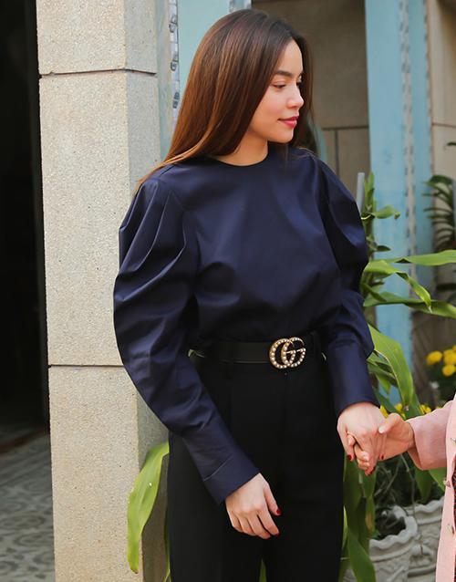 Đẳng cấp fashion icon của Hà Hồ thể hiện trong việc mặc đẹp mọi hoàn cảnh, kể cả là lúc tham gia các hoạt động xã hội. Người đẹp thường chọn sơ mi kết hợp quần tây, mix với phụ kiện đắt đỏ như thắt lưng Gucci...