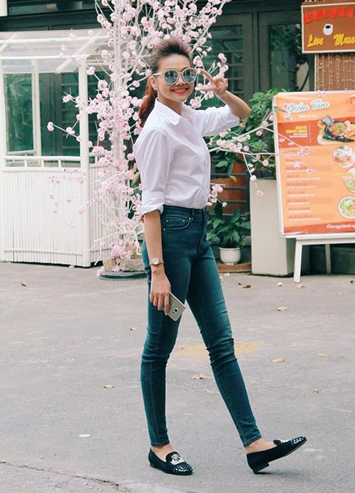 Thanh Hằng chỉ cần diện sơ mi trắng với quần jeans cũng đã đủ thu hút sự chú ý. Cô kết hợp mắt kính và loafer là hàng cao cấp để tăng độ sành.