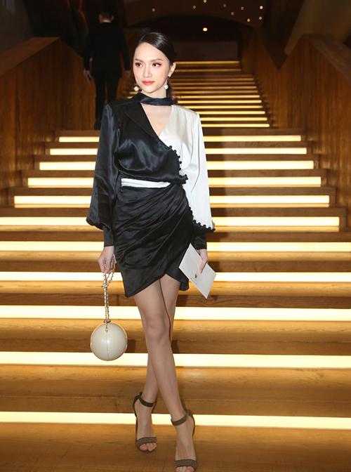 Đến tham dự đám cưới của Nhã Phương - Trường Giang, Hương Giang là một trong những sao nữ gây chú ý nhất với vẻ ngoài hoàn hảo. Hoa hậu chuyển giới diện bộ trang phục màu đen trắng, trên tay xách chiếc túi hình cầu, mô phỏng viên ngọc trai rất độc đáo.