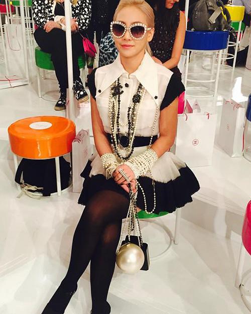 CL từng xách túi gần 300 triệu đồng đến dự show thời trang của Chanel.