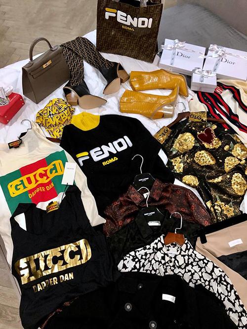 Than không có gì để mặc trước khi đi fashion week, Kỳ Duyên chi tiền tỷ để sắm quần áo mới. Người đẹp đầu tư hàng loạt món đồ mốt nhất từ những nhà mốt như Fendi, Gucci, Dior, Burberry... Cô còn rút ví khoảng 200 triệu đồng để mua một chiếc Hermes Kelly mới.