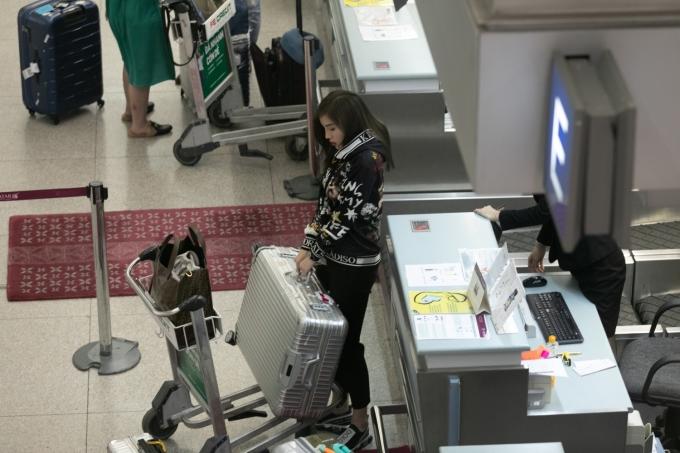 <p> Kỳ Duyên làm thủ tục tại sân bay. Cô mang khá nhiều đồ để có thể tỏa sáng nhất.</p>