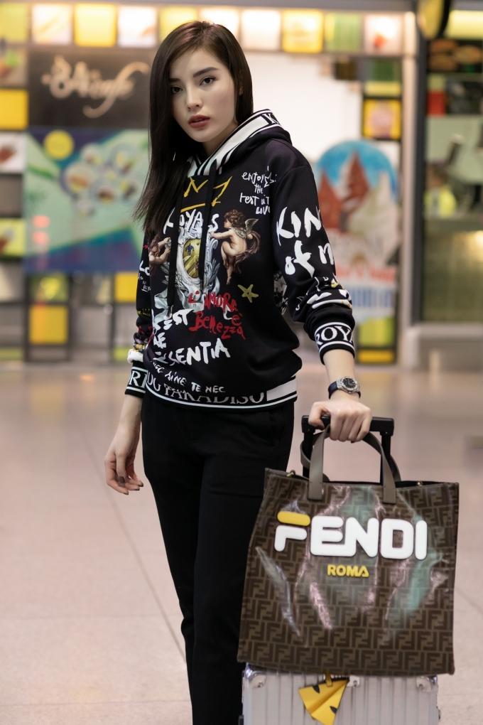 <p> Cô diện trang phục áo hoodie và giầy thể thao của thương hiệu Dolce & Gabana, đi cùng là vali và túi xách thuộc thương hiệu Fendi.</p>