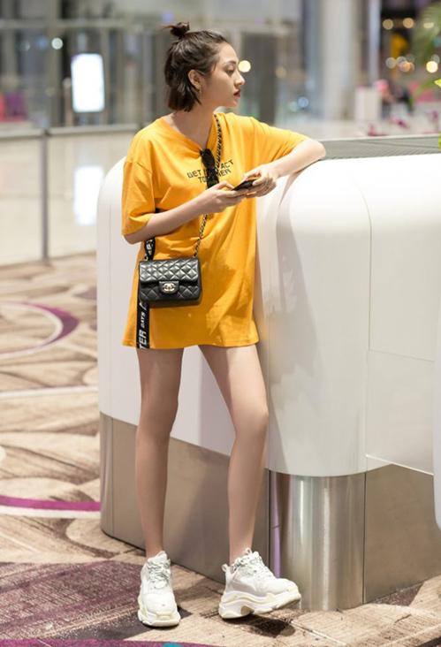 Nữ ca sĩ sắm 2,3 đôi giày của thương hiệu này để diện khi dạo phố và ra sân bay, tạo hình ảnh đậm chất Hàn.