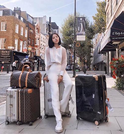 Nhận lời mời của một số thương hiệu thời trang, Hoa hậu Jolie Nguyễn lần đầu tham dự London Fashion Week. Để chuẩn bị cho chuyến đi lần này, người đẹp đầu tư rất nhiều trang phục, phụ kiện. Vì không có ê kíp đi theo hỗ trợ nên Jolie Nguyễn phải đánh vật với 50 kg hành lý toàn đồ hiệu.