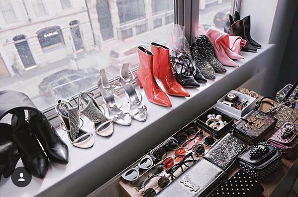 Ngoài cả chục bộ quần áo đủ loại, Jolie Nguyễn còn mang theo cả kho giày dép, túi xách, kính mắt... nhằm có diện mạo hoàn hảo nhất trong mỗi lần xuất hiện.