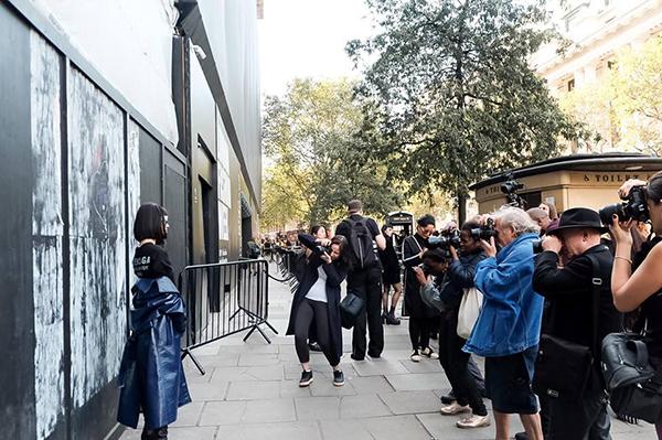 Diện mạo vừa Á Đông lại vừa phảng phất nét cá tính phương Tây giúp cô thu hút sự chú ý trên đường phố London.