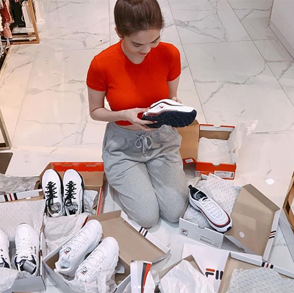 Tuy nhiên vì là con nghiện thời trang chính hiệu nên gần đây, chân dài có sự biến chuyển rõ rệt trong cách ăn mặc, đi theo xu hướng sporty đang làm mưa làm gió trên thế giới. Từ một cô nàng có cả trăm đôi giày cao gót, Ngọc Trinh giờ cũng sắm sneakers khỏe khoắn.