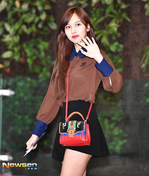 Twice xuất hiện ở sân bay với kiểu tóc mới, báo hiệu mùa comeback sắp tới. Mina nối tóc dài, nhuộm sang màu nâu. Nữ ca sĩ nữ tính với chân váy ngắn, túi màu sắc trở thành điểm nhấn nhá cho set đồ.