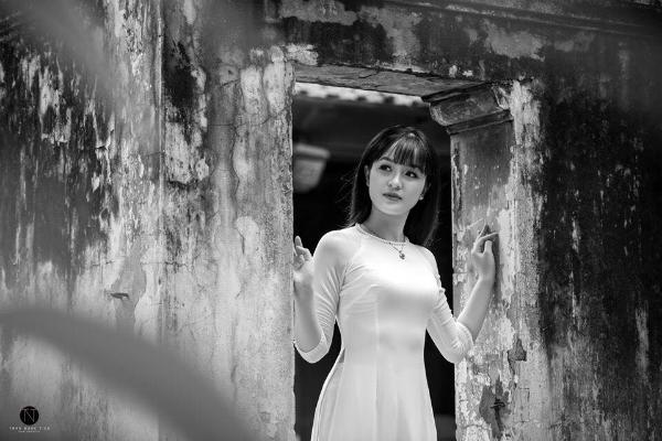 Thục Anh đặc biệt thích áo dài. Cô nàng thường xuyên đi chụp mẫu và chia sẻtrên trang cá nhân.