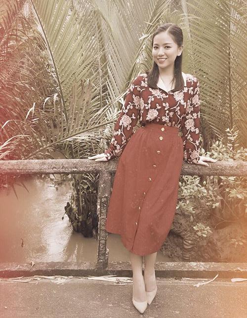 Hạ Anh cosplay mẹ ngày xưa với bộ cánh đậm chất cô Ba Sài Gòn.