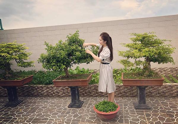 Hương Tràm về quê nhà lập tức thành cô con gái ngoan, lên vườn nhà chăm cây cảnh giúp bố mẹ.
