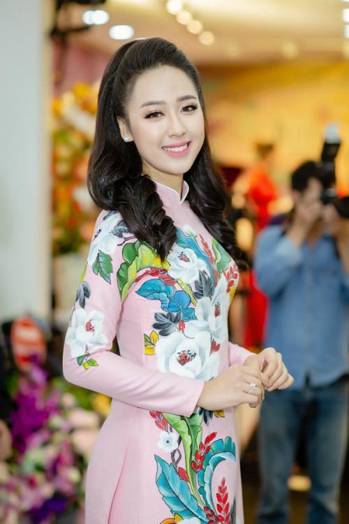 Bước ra từ cuộc thi Hoa hậu Việt Nam 2018, nữ sinh tặng hoa tổng thống Trump - Phạm Ngọc Hà My khoe nhan sắc rạng rỡ tại sự kiện. Người đẹp top 15 HHVN 2018 diện áo dài màu hồng thêu hoa nổi bật.