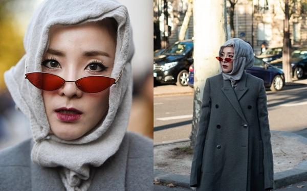 Bộ trang phục kỳ quặc của Dara gây choáng. Nhiều người sốc khi thấy Dara đeo kính... ngoài khăn trùm đầu.Một số fan nhận xét Daratrông không khác gì bà ngoại khi lựa chọn style này. Chiếc áo khoác rộng thùng thình còn khiến vóc dáng nhỏ bé bị nuốt trọn.