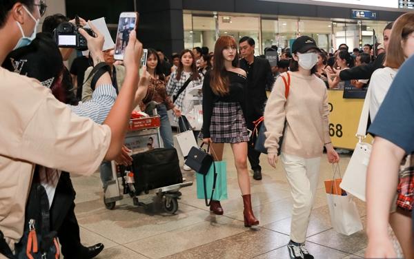 Sự xuất hiện của các cô nàng xinh đẹp khiến khu vực sân bay như náo loạn.