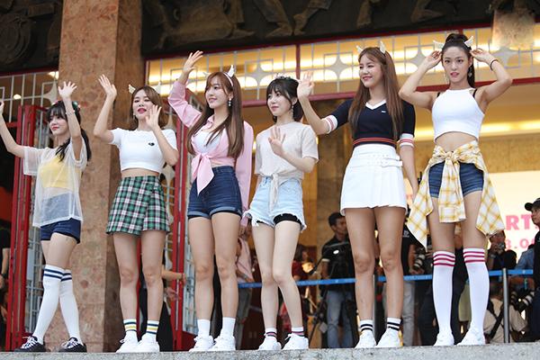 Các cô nàng xuất hiện xinh đẹp, thân thiện ký tặng, bắt tay với fan.