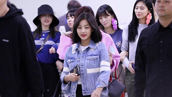 Sau nhiều lần nhuộm tóc màu nổi, Ji Hyo quyết định để tóc ngăn cho lần comeback mới. Tạo hình của trưởng nhóm nhận được nhiều lời khen ngợi.