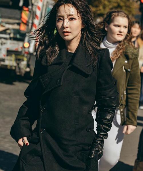 Buổi chiều cùng ngày, Dara tiếp tục xuất hiện tại show củaAnn Demeulemeester.