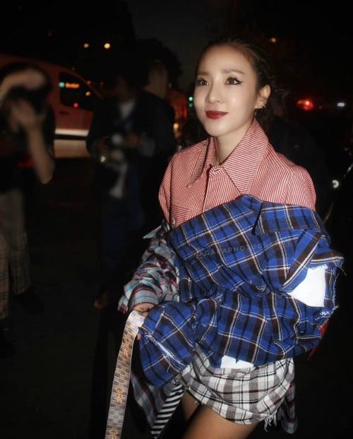 Tối 27/9, Dara thay đổi phong cách trẻ trung hơn khi tham dự show Off White.