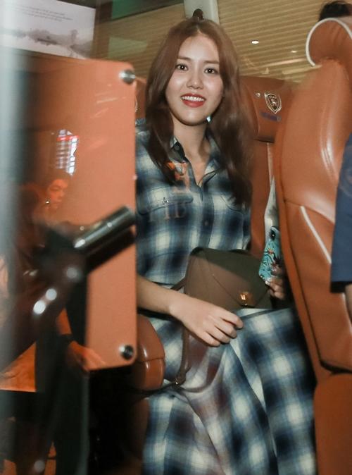 AOA chính thức gặp gỡ fan Việt một cách thân mật trong fansign được tổ chức chiều 28/9. Nhóm hứa hẹn sẽ mang đến những màn trình diễn đỉnh cao trên sân khấu âm nhạc Việt - Hàn V Heatbeat tháng 9 tại nhà hát Hòa Bình tối cùng ngày.