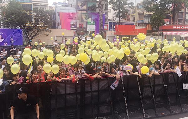 Các fan không thể giành được vé fansign đã tổ chức một project phủ vàng bầu trời trước sân nhà hát Hòa Bình bằng bóng bay để chào Hyomin. Họ liên tục hô to tên Hyomin hay Park Hyo Min, thậm chí là tên nhóm nhạc T-ara dù nhóm đã tan rã.