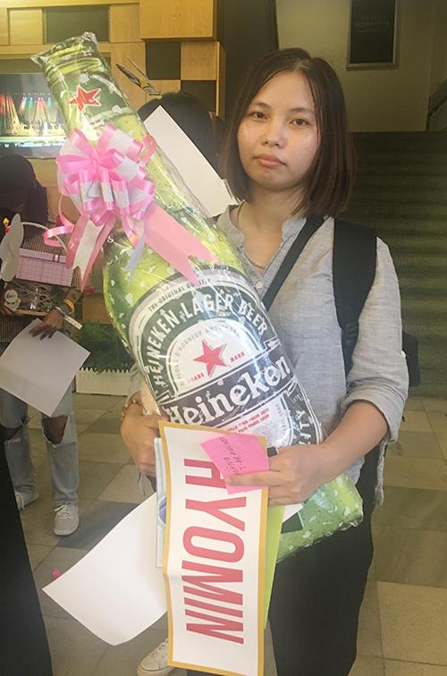 Fan còn tự tay làm những món quà handmade như tạo hình một chai bia khổng lồ vì biết Hyomin thích món đồ uống này. Họ gửi lời chúc: Chúng em sẽ luôn ủng hộ chị. Chị cứ tiến về phía trước.