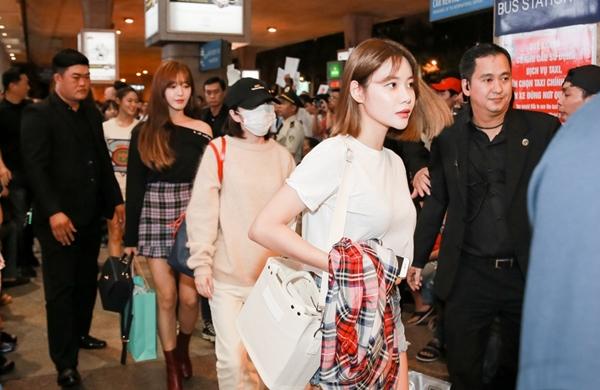 Tối muộn 27/9, 6 thành viên AOA đáp chuyến bay có mặt tại Tân Sơn Nhất, TP HCM. Đây là lần đầu tiên họ đặt chân đến Việt Nam.