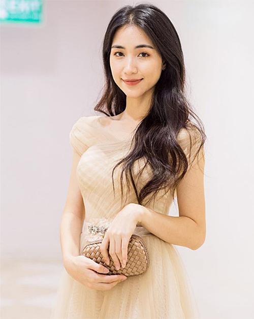 Cân nặng hiện tại của nữ ca sĩ là 41 kg, giảm 11 kg so với lúc đầu. Khi diện đồ hở, Hòa Minzy bị lộ phần cánh tay gầy tong, thiếu cân đối.