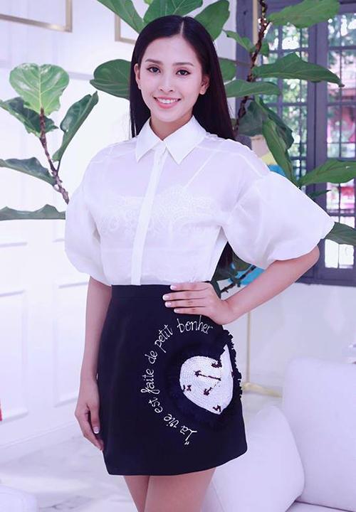Sau khi đăng quang, Hoa hậu Trần Tiểu Vy tất bật với các hoạt động, sự kiện. Phong cách của người đẹp cũng dần được nâng tầm. Mới đây, Tiểu Vy có buổi thử đồ của NTK Đỗ Long. Trang phục sơ mi trắng kết hợp chân váy thêu đính mang đến vẻ trong sáng, nhẹ nhàng cho cô gái 18 tuổi.
