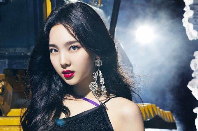 <p> Na Yeon cũng không hề kém cạnh, toát lên khí chất ''nữ vương'' khi đổi cách trang điểm.</p>