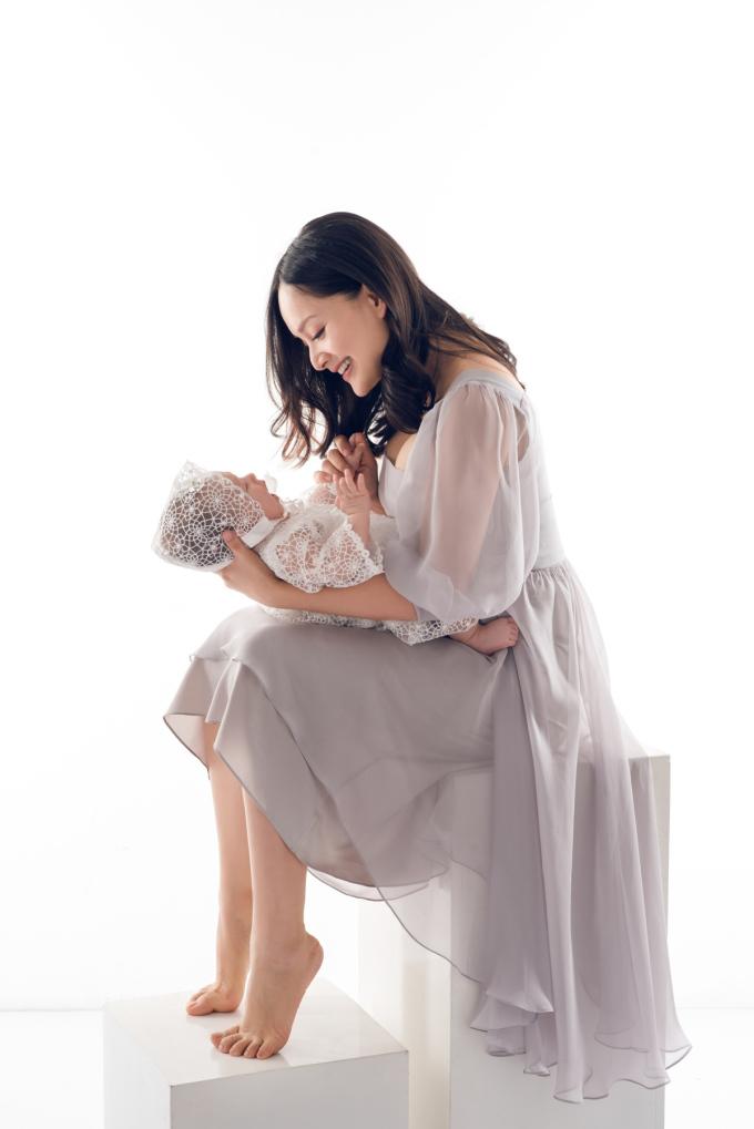 """<p> Không """"giấu nhẹm"""" hình ảnh con cái như nhiều sao Việt khác, Lan Phương luôn chia sẻ khoảnh khắc hạnh phúc bên con gái đầu lòng. Bộ ảnh hai mẹ con lúc bé mới 4 tháng tuổi vừa được nữ diễn viên thực hiện.</p>"""