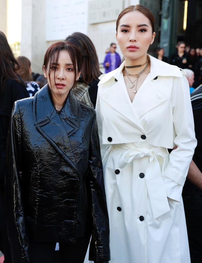 """<p> Tại sự kiện, cô gặp gỡ ca sĩ Sandara Park (cựu thành viên của nhóm nhạc 2NE1). """"Nàng hậu"""" sinh năm 1996 vui vẻ đọ sắc cùng ngôi sao xứ kim chi. Trước đó, tại một show diễn ngày 28/9, cô có dịp gặp gỡ """"đệ nhất mỹ nhân Thái Lan"""" - nữ diễn viên Thái Lan Mai Davika Hoorne vànữ diễn viên Heart Evangelista đến từ Phillipines.</p>"""