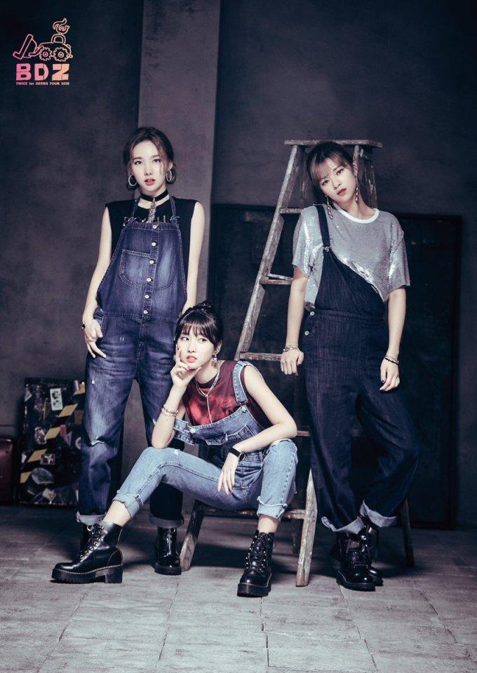 <p> Nhiều người bất ngờ khi chứng kiến Na Yeon, Momo, Jeong Yeon thể hiện hoàn hảo concept, biểu cảm bất cần. Nhiều fan hy vọng nhóm sẽ mặc trang phục này biểu diễn trên sân khấu hoặc chọn là hình tượng cho đợt comeback mới.</p>