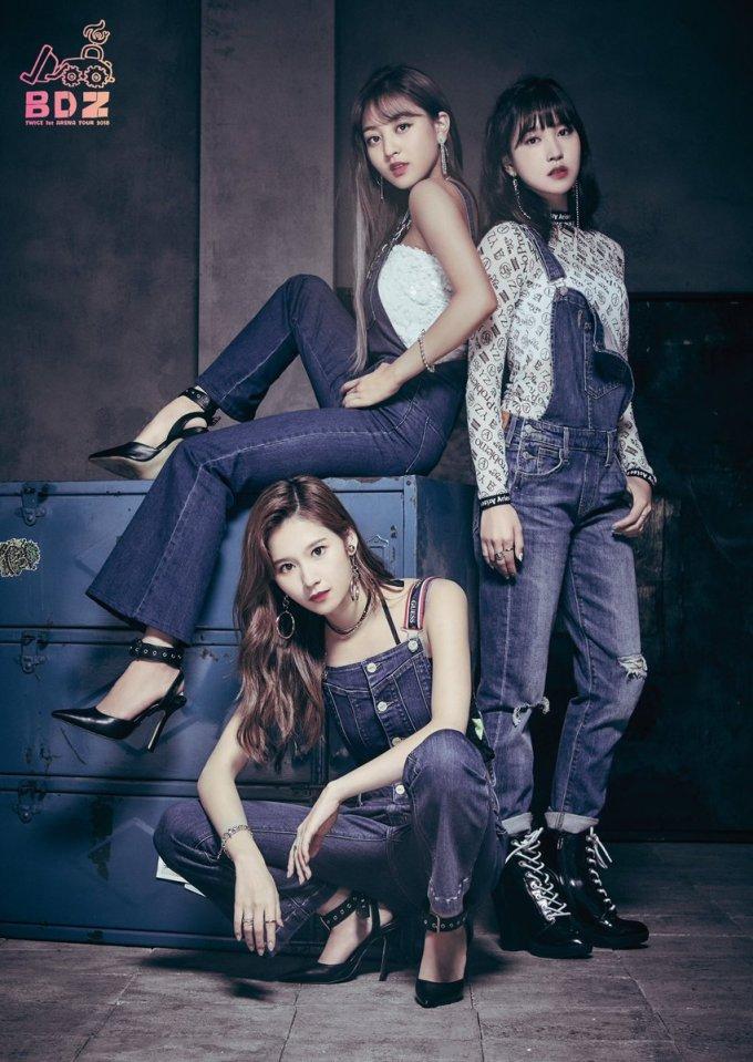 <p> Ji Hyo, Sana, Mina vừa mạnh mẽ, vừa sexy. Không cần mặc đồ hở hang, Twice vẫn khiến các fan phát cuồng, khoe vẻ quyến rũ.</p>