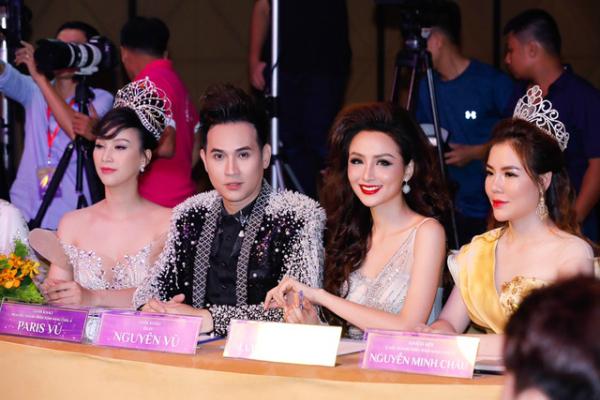 Ca sĩ Nguyên Vũ cũng là một giám khảo của cuộc thi này. Anh gây chú ý với vẻ ngoài trẻ trung so với tuổi thật.