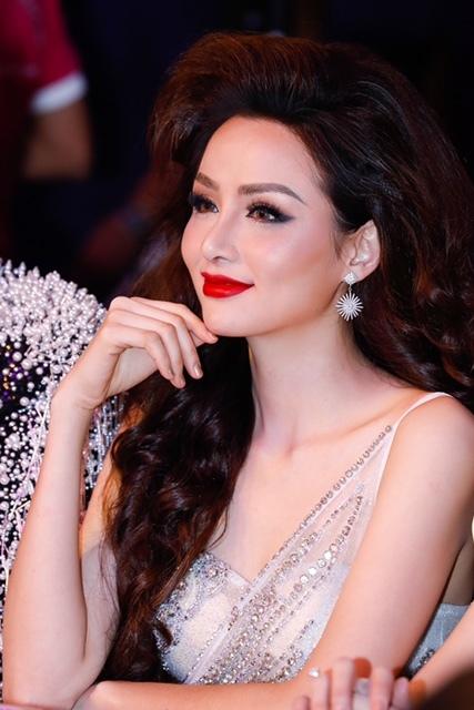 Người đẹp khoe vóc dáng quyến rũ của bà mẹ một con. Hoa hậu Thế giới Người Việt chọn màu son đỏ nổi  bật.
