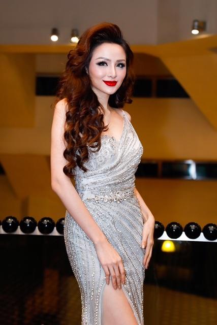 Có mặt tại Malaysia để làm giám khảo một cuộc thi Hoa hậu Doanh nhân Hoàn cầu 2018 mới đây, Hoa hậu Diễm Hương gây chú ý với chiếc đầm dạ hội kim sa bạc.