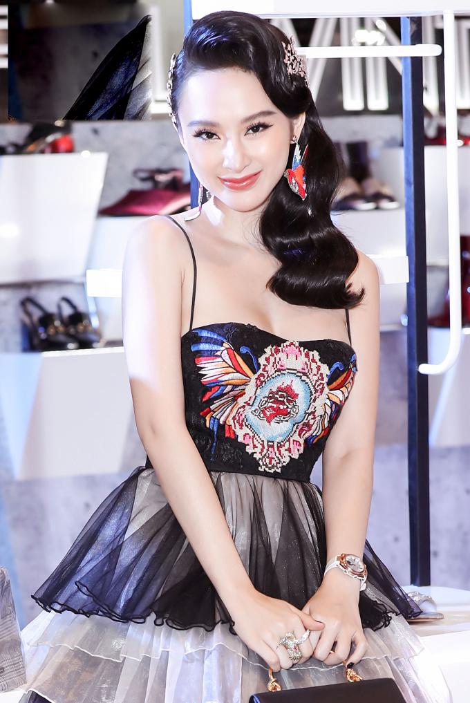 <p> Thời gian qua, Angela Phương Trinh không có sự xuất hiện nhiều ở phim ảnh. Cô nhận được nhiều lời mời làm đại diện hình ảnh cho các nhãn hàng.</p>