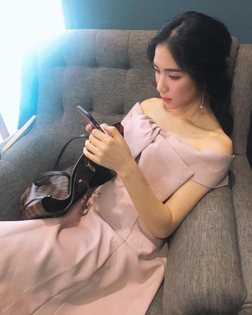 1 năm trở lại đây, Hòa Minzy rất tích cực sắm sửa túi xách hàng hiệu. Cô nàng sở hữu bộ sưu tập cả chục chiếc đến từ nhiều thương hiệu đắt đỏ nhất như Louis Vuitton, Gucci, Dior... Chiếc túi tote Monogram của Louis Vuitton là một trong những item yêu thích của Hòa Minzy vì có thể đựng cả thế giới.