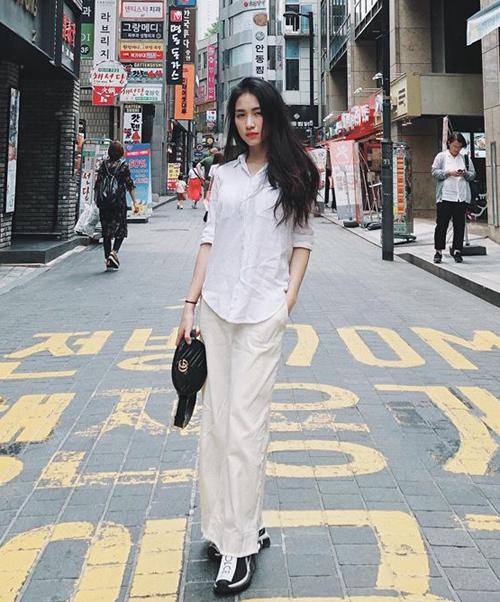 Gucci là một trong những thương hiệu yêu thích nhất của Hòa Minzy. Cô nàng đầu tư sắm nhiều túi xách của hãng này. Chiếc bum bagMarmont matelassé leather belt bag