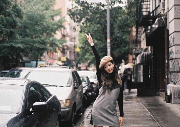 Ji Soo nhí nhảnh pose dáng trên đường phố mưa.